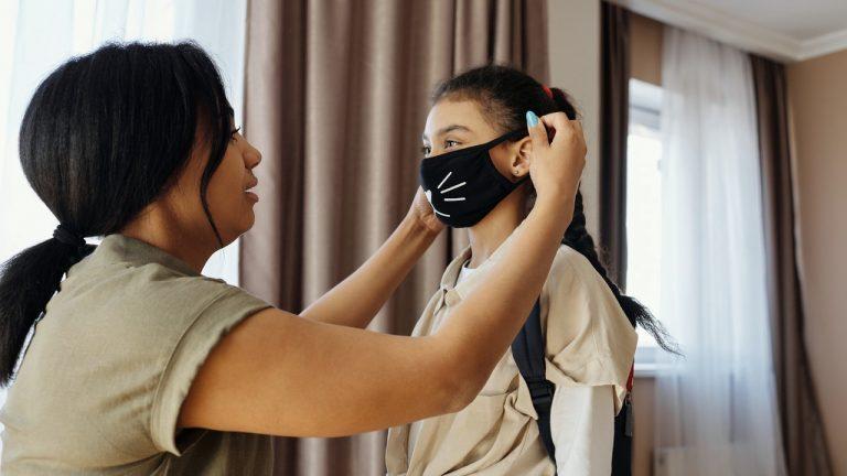 zwei tragen masken